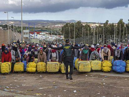 Porteadoras en el paso de Barrio Chino en Melilla esperan la orden de la Guardia Civil para cruzar con los fardos a Marruecos.
