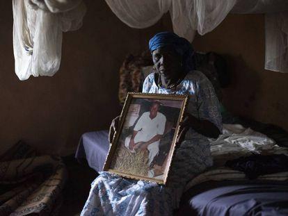 Teguida Diallo se aferra a la única foto que le queda de su hijo Makan Kanouté, muerto en la ruta migratoria hacia Europa.