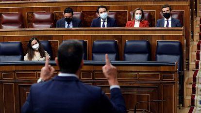 Pedro Sánchez se dirige a Pablo Casado durante una sesión en el Congreso de los Diputados.