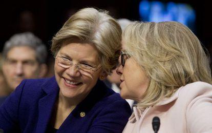 La senadora Elizabeth Warren (izda.) junto a Hillary Clinton en 2013.