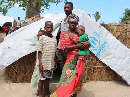 Una familia, junto a su cabaña en un campo de acogida en Cabo Delgado, norte de Mozambique.
