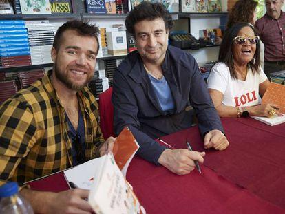 Pepe Rodriguez y concursantes de Masterchef en la Feria del Libro.