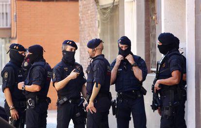 Mossos d'Esquadra ante el domicilio del atacante.