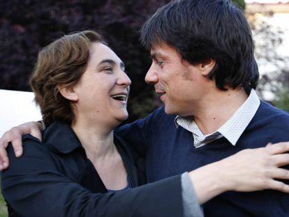 Ada Colau y Xavi Matilla se abrazan tras un acto en 2017.