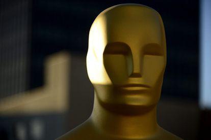 Una estatua de los Oscar es preparada para una capa de pintura.