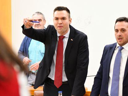 Carlos Verdejo, diputado de Vox, señala al diputado de Caballas, Mohamed, Ali, en la Asamblea de Ceuta, en enero de 2020.