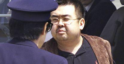 Kim Jong-nam, escoltado por la policía japonesa en el aeropuerto de Narita, en mayo de 2001.