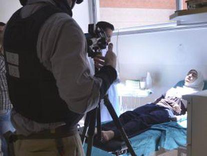 Un inspector de la ONU graba a una persona ingresada en un hospital de Damasco.