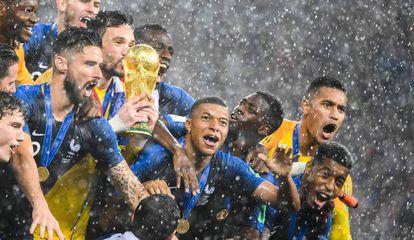 Francia levanta la copa de campeón del Mundial de fútbol.