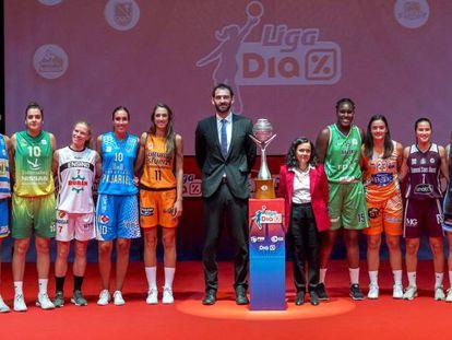 Jugadoras de 13 de los 14 equipos de la Liga Dia con el presidente de la Federación, Jorge Garbajosa, y la directora de relaciones externas de Dia, Nieves Álvarez