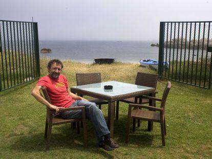 Miguel de la Cierva, en la terraza del Naútico de San Vicente do Mar. / CARLOS PUGA
