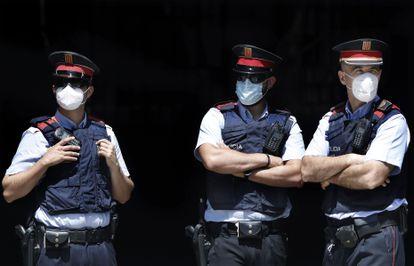 Tres mossos d'esquadra en Barcelona.