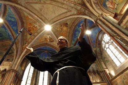 Vincenzo Coli, custodio de la basílica de San Francisco de Asís muestra los frescos restaurados, reducidos a miles de fragmentos por el terremoto de 1997.