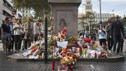 Flores en recuerdo de las víctimas del atentado terrorista en La Rambla de Barcelona.