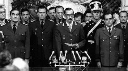 El general Jorge Rafael Videla (c) jura como presidente de Argentina en la Casa de Gobierno de Buenos Aires, acompañado por el almirante Emilio Massera (i) y el brigada Orlando Agosti (d), miembros de la Junta Militar que derrocó a Isabel Perón con un golpe de Estado, 29 de marzo de 1976.