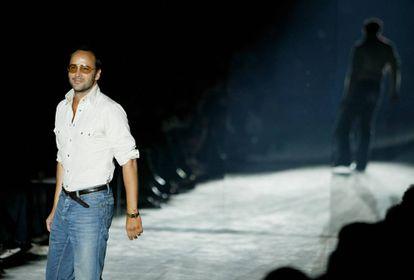 Tom Ford saludando en el desfile en el que Gucci presentó su colección Primavera / Verano 2004 en Milán.