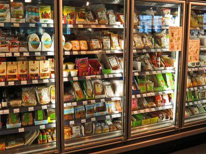 Productos veganos en un supermercado.