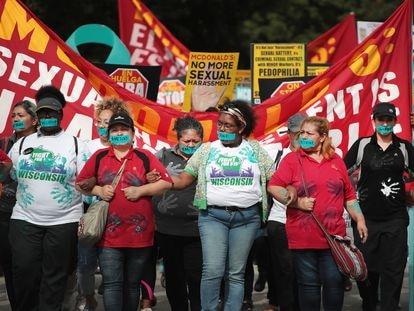 Trabajadores de McDonald's protestan contra los casos de abuso sexual en la compañía, en Chicago en septiembre de 2018.