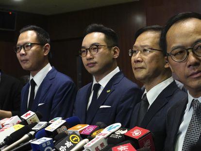 Los cuatro legisladores de la oposición hongkonesa destituidos este miércoles por el Gobierno del territorio autónomo.