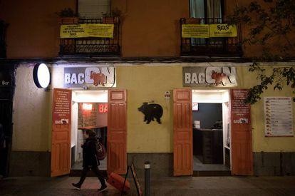 Los vecinos de la calle San Vicente Ferrer 28, en Madrid, han colocado pancartas en las que piden no consumir en BacON, un restaurante sin salida de humos reglamentaria.
