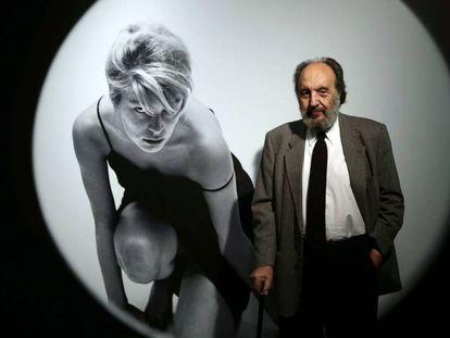 Pomés, junto a su fotografía de 1959 'Ventana redonda 2', en una imagen tomada en 2015.