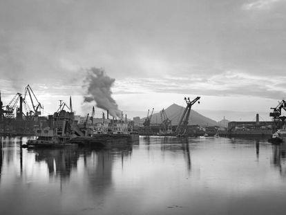Dársena de Axpe (Erandio, Vizcaya), en la orilla derecha de la ría de Bilbao.Imagen de la exposición 'En el tiempo. Carlos Cánovas', del Museo ICO