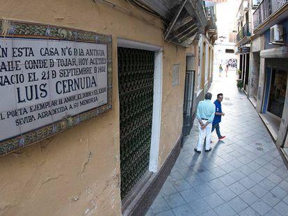 Fachada de la casa natal de Luis Cernuda, en Sevilla.