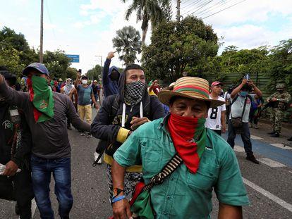 Decenas de indígenas caminan por una calle durante una manifestación en Cali, este domingo.