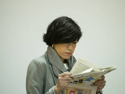 La juez de instrucción de Lugo revisa los anuncios de contactos, esta mañana, en un diario.