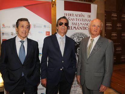 Juan José, en el centro, flanqueado por los diestros Gabriel de la Casa, a su derecha, y Andrés Hernando, en 2018.
