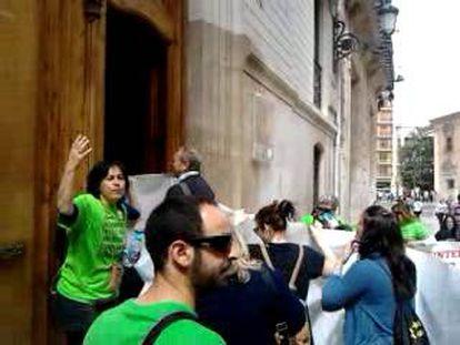Participantes en la protesta de interinos entran en la Consejería de Administraciones Públicas.