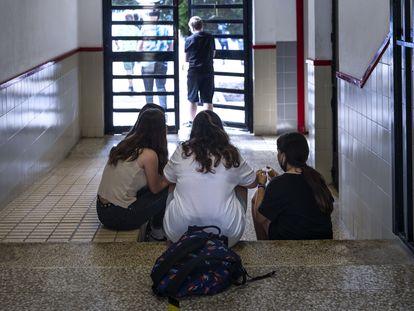 Alumnos del instituto público Berenguer Dalmau, en Catarroja, Valencia, este miércoles.