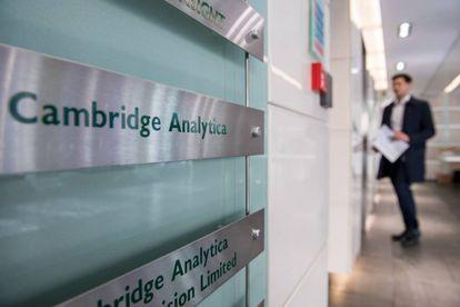 El rótulo de Cambridge Analytica en sus oficinas de Londres.