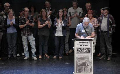 El expreso de ETA Jon Agirre Agiriano firma su adhesión al Acuerdo de Gernika.