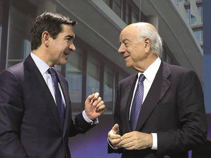 El expresidente del BBVA, Francisco González (derecha), con su sucesor, Carlos Torres.