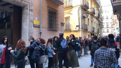Una multitud ha hecho cola y no ha podido a escuchar a José Mujica en Valencia al estar cubierto el aforo.