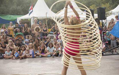 El público del Rototom disfrutando en familia de una de las propuestas extramusicales del festival.