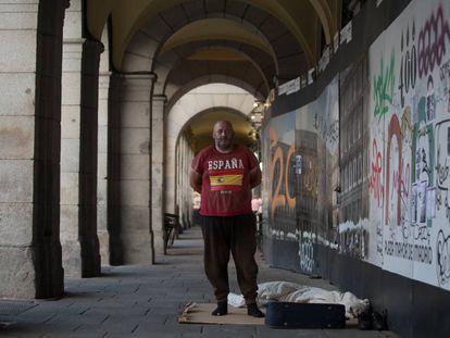 Alberto, de 47 años, en el soportal de la plaza Mayor de Madrid en el que duerme.