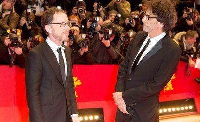 Ethan y Joel Coen, en el pasado festival de Venecia, antes de la proyección de gala de 'La balada de Buster Scruggs'.
