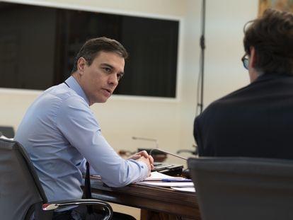 El presidente del Gobierno, Pedro Sánchez,  conversa con el ministro de Sanidad, antes