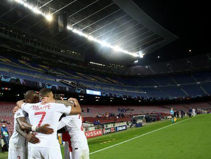 Los jugadores del PSG celebran el gol de Kean ante el Barcelona en el Camp Nou en la ida de los octavos de la Champions.