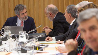 El presidente del Tribunal Supremo y del Consejo General del Poder Judicial, Carlos Lesmes (a la izquierda), en una reunión de la comisión permanente y del pleno del órgano de gobierno de los jueces, en enero.