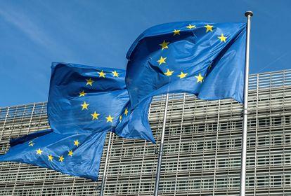 Tres banderas de la Unión Europea ondean frente al edificio Berlaymont, sede de la Comisión Europea en Bruselas (Bélgica).