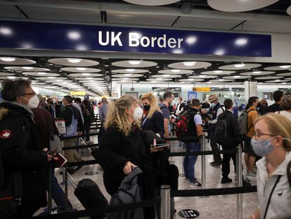 Pasajeros en un control de fronteras en el aeropuerto londinense de Heathrow  el 29 de junio.
