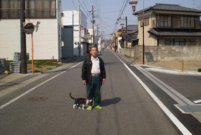 El señor Watanabe, uno de los pocos habitantes de Hironomachi que han optado por quedarse en la ciudad, a 25 kilómetros de Fukushima.
