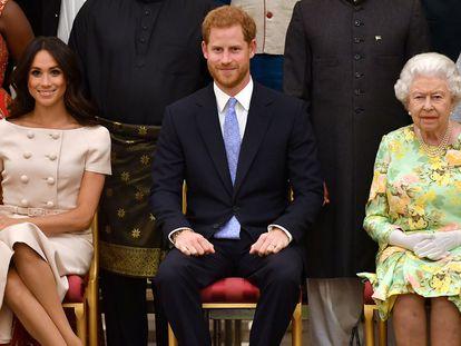 Meghan Markle, Enrique de Inglaterra e Isabel II de Inglaterra, en una recepción en el palacio de Buckingham en junio de 2018.