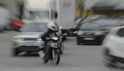 Un motorista circulando por el centro de Barcelona.