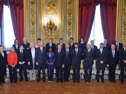 Foto de familia del nuevo Gobierno italiano con el presidente Napolitano.