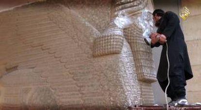 Un terrorista del Estado Islámico destroza una estatua en el museo de Nínive.