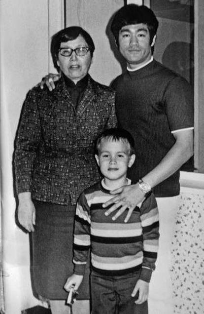 Bruce Lee con su madre y su hijo Brandon en Los Ángeles en la década de los setenta.